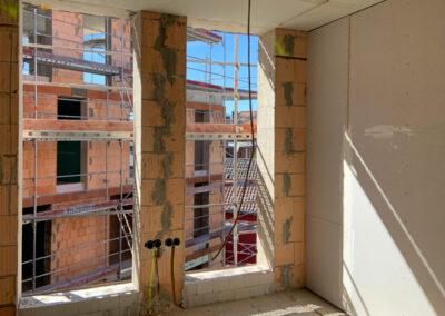 Detail Wand und bodentiefe Fenster